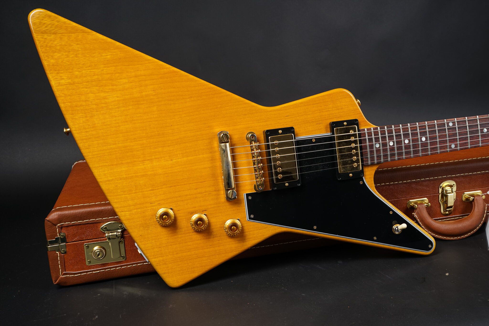 https://guitarpoint.de/app/uploads/products/gibson-custom-shop-korina-1958-explorer-reissue-black-pickguard-vos-81986/Gibson-Custom-Shop-1958-Explorer-Korina-Reissue-Black-Pickguard-81986-2-2048x1366.jpg