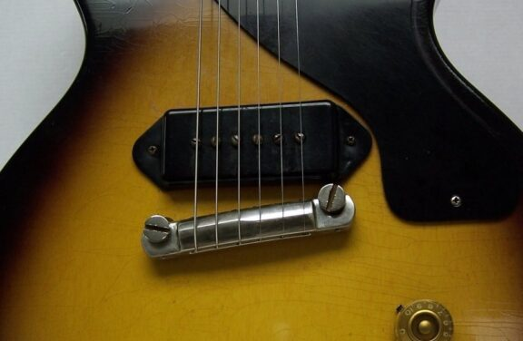 https://guitarpoint.de/app/uploads/products/mojoaxe-compensated-wraparound-tailpiece-un-aged/MojoAxeWraptailon55Junior-2_1-576x376.jpg